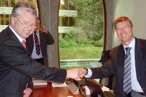 Erich Pichlmaier (MD CPB) (links) und Jean Marc Junon (MD HC Africa) bei der Vertragsunterzeichnung in Brüssel<br />