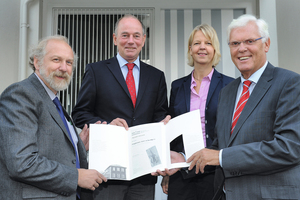 """<div class=""""bildtext_en"""">At the donation handover (from left): Professor Dr. Harald Strauß (Professor for Historical and Regional Geology, Jochen Klein (CEO azb), Petra Bölling (Head of the Administrative Body to University Funding, Westphalian Wilhelms University), Dr. Peter Paziorek (1<sup>st</sup> Chairman Friends ofGeomuseum Münster e.V.)</div>"""