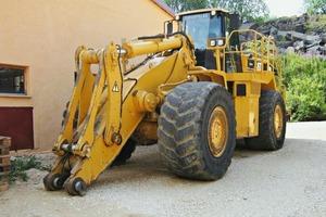 """<div class=""""bildunterschrift_en"""">An older Cat 988 wheel loader before the overhaul ...</div>"""