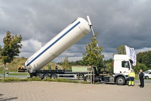 """<div class=""""bildtext_en"""">4 A semi dump truck with correct safety standards was also presented</div>"""