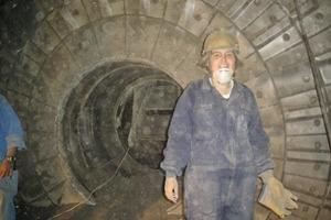 "<div class=""bildtext_en"">Preparation for the industrial ball mill inside sampling</div>"