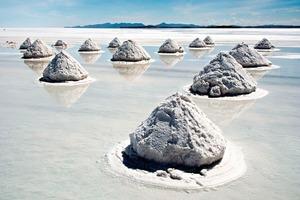 Salzhügel im Salar de Uyuni/Bolivien