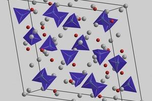 Kristallstruktur des triklinen Ca<sub>3</sub>SiO<sub>5</sub> [20]. Die Si(O<sub>b</sub>)<sub>4</sub>-Einheiten sind als blaue Tetraeder, Zwischengitter-Sauerstoffatome (O<sub>i</sub>) als rote Kugeln und Ca<sup>2+</sup>-Ionen als graue Kugeln dargestellt