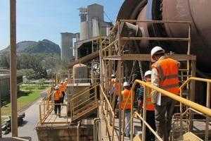 """<div class=""""bildtext_en"""">Inspection tour along the kiln during the test run</div>"""