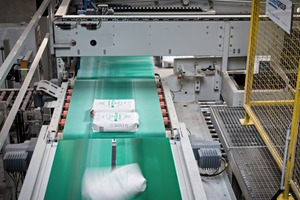"""<div class=""""bildtext_en"""">2 The twin-belt turning device: Two parallel belt conveyors, driven with different speeds during the turning process, bring the bags gently into the required position</div>"""