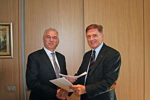 "<div class=""bildtext_en"">Handshake after contract signing: Luigino Pozzo (CEO, PMP Industries, left) and Thorsten van der Tuuk (Executive Vice President, Linde)</div>"