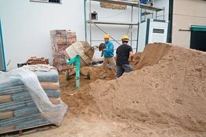 Noch heute auch in Europa Realität: Einsatz eines Trommelmischers auf einer Baustelle 2011 in Andalusien/Spanien<br />