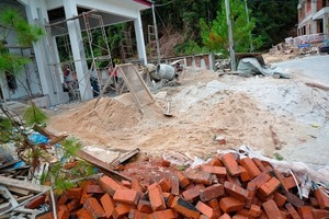 "<span class=""bildunterschrift_hervorgehoben"">5</span>	Conventional job site in Borneo/Malaysia with stockpiles for hand-mixing mortars<br />"