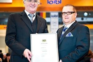 Präsident des Landgerichts Regensburg Günther Ruckdäschel überreicht die Urkunde an Arthur Loibl (rechts)<br />