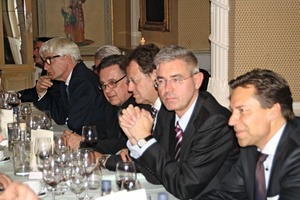 "<div class=""bildunterschrift_en""><span class=""bu_ziffer_blau"">4</span> Seated at the large table among others were (from the left) Dr. Hans-Jörg Kersten (BV Gips), Thomas Bremer (VG-Orth, chairman BV Gips), Heinz-Jakob Holland (Fermacell), Günther Hoffmann (BMVBS), Manfred Grundke (Knauf), Peter Griffinger (Rigips Austria), Prof. Dr.-Ing. Karsten Tichelmann (TU Darmstadt)</div>"