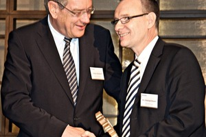 Laudator Arndt G. Kirchhoff presents the price to Dr. Christoph Beumer (right)