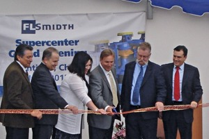 The new supercenter in Santiago was opened by a ribbon cutting.