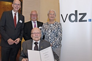 "<div class=""bildtext_en"">3 Presentation of the 5<sup>th</sup> Klaus Dyckerhoff Prize to ­Professor Dr.-Ing. Siegbert Sprung (front) by VDZ CEO Dr. Martin Schneider; VDZ President Gerhard Hirth; and benefactress Dr. Edith Dyckerhoff (from the left)</div>"