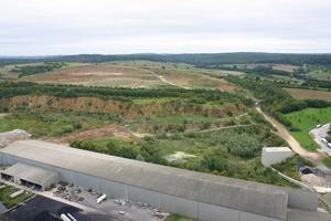 Kalkstein aus dem Steinbruch wird per SKW dem Brecher aufgegeben<br />