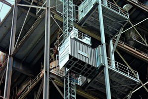 """<div class=""""bildtext_en"""">1 Two industrial lifts are providing valuable transportation services to the preheater tower and the multi-chamber silo of the Märker cement works in Harburg</div>"""