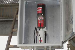 Das Mehrpunkt-Schmiersystem FAG Motion Guard CONCEPT6 mit dem FAG-Schmierstoff Arcanol befüllt in einem Schutzkasten<br />