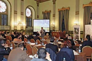 "<div class=""bildunterschrift_en""><span class=""bu_ziffer_blau"">1</span> Gerhard Salewski explained how to build a modern and efficiently working logistics chain to the 50 participants of the coal seminar</div>"