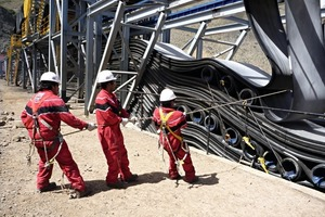 Spezialisten positionieren und fixieren die Gurtschlaufen in der Kupfererzmine