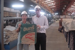 "<span class=""bildunterschrift_hervorgehoben"">1</span>	Wisun Paritatpisal (SCCC cement packing plant manager) and Craig Pope (Mondi Singapore sales & marketing manager) with a SCCC 50 kg 2-ply bag manufactured out of Advantage Select 80 gsm<br /><br />"