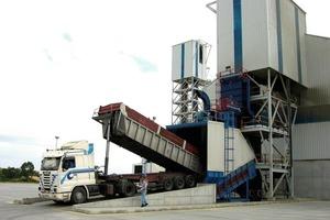 """<span class=""""bildunterschrift_hervorgehoben"""">12</span>Truck delivery with a Samson feeder"""