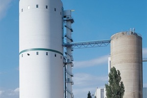 IBAU HAMBURG's range also includes high-capacity silo facilities for raw meal, cement, lime, gypsum and fly ash, of diameters from 10 to 30 m and capacities from 1,000 to 40,000 tonnes, with more than 7,000 reference installations around the globe. Shown here: a multi-chamber silo facility incorporating a mixer, installed at the Lafarge plant in Karsdorf. <br />