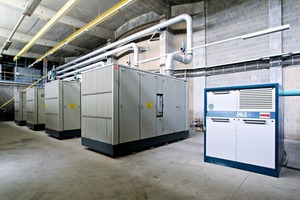 """<span class=""""bu_ziffer_blau"""">3</span> Four large screw compressors and four rotary blowers are working in a hall as a central air system"""