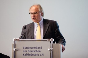 "<div class=""bildunterschrift_en""><span class=""bu_ziffer_blau"">3</span> BVK chief executive Martin ­Ogilvie presented the ­General Assembly the Annual Report 2011/2012</div>"