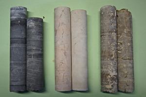 Mittels Hohlbohrer aus massigem Kalkstein hergestellte Probenkörper<br />
