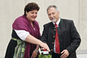 """<div class=""""bildunterschrift_en""""><span class=""""bu_ziffer_blau"""">1</span>Angelika Schnitzenbaumer-Dieterich, representative of the partners, and Heinrich Rodlmayr, technical manager of the Rohrdorfer Group, commissioned the waste heat power plant at the touch of a button</div>"""