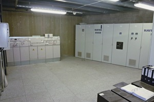 "<div class=""bildunterschrift_en""><span class=""bu_ziffer_blau"">2</span> Switching room with MS gas-isolated switchgear</div>"