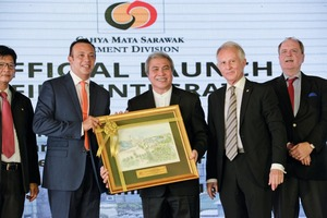 6 Malaysia's Minister of Resource Planning and Environment Awang Tengah (third right) at the official handing over ceremony together with Head of Cement Division Gho Chii Bing (left), Group Executive Director Datuk Syed Ahmad Alwee Alsree (second left), Dato' Richard Curtis, Group Managing Director of Cahya Mata Sarawak (second right) and the German Ambassador Holger Michael (right)