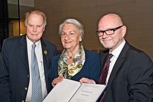 Duncan Herfort (rechts) nahm den Preis von Dr. Edith Dyckerhoff und Dr.Klaus Dyckerhoff entgegen