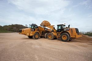 """<div class=""""bildtext_en"""">A Cat 972M XE wheel loader off-loading on a 730C articulated truck</div>"""