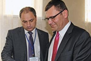Jänis Kraulis (rechts), Leiter der Knauf-Gruppe GUS, im Gespräch mit Yuriy A. Kuzmenko, dem Direktor der Filiale Perm (Knauf Marketing Krasnodar)