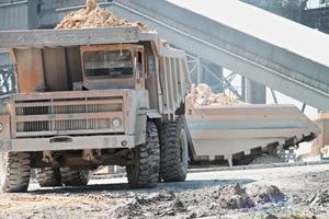 "<span class=""bildunterschrift_hervorgehoben"">2b</span>The limestone is transported to the crusher by a dump truck • Der Kalkstein wird per Kipper zum Brecher gefahren<br />"