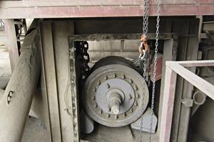 "<div class=""bildtext_en"">1 This old bucket elevator wheel has tobe changed</div>"