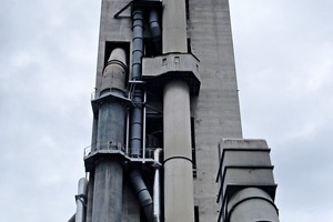 "<div class=""bildtext_en"">5 View of the second preheater line ductwork (between stack and downcomer duct)</div>"