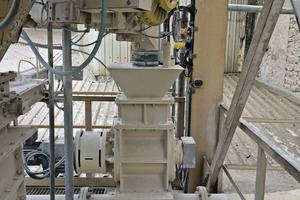 "<div class=""bildtext_en"">6 Photo of ceramic rotary valve for 35t/h lime powder input</div>"