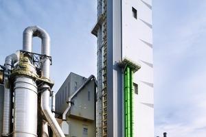 Neuer 108 m hoher Vorwärmerturm in Wössingen, links der Verdampfungskühler<br />