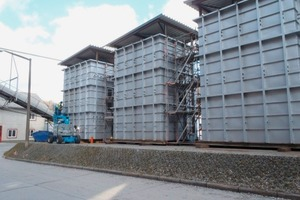"<div class=""bildtext_en"">3 Three of five reaction towers awaiting assembly at the Kirchdorfer Zement erection site<br /></div>"